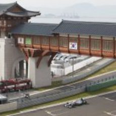 Michael Schumcaher atraviesa la recta de meta en Corea