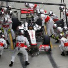 Parada en boxes para Lewis Hamilton durante la carrera