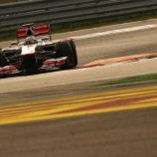 Lewis Hamilton tomando una curva en Yeongam