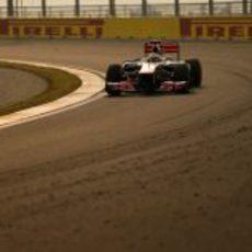 Lewis Hamilton bajo el atardecer en Corea del Sur