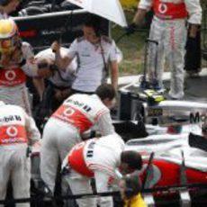 Lewis Hamilton se sube al monoplaza antes de la carrera