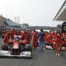 Fernando Alonso llegando a su posición en la parrilla