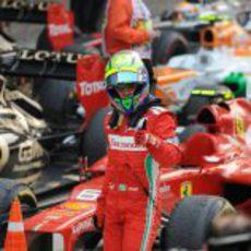 Felipe Massa alza el pulgar en el parque cerrado tras la carrera