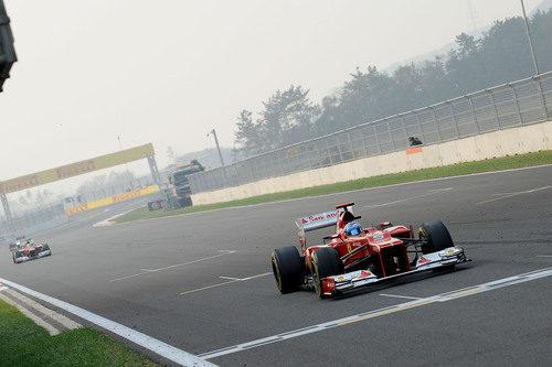 Fernando Alonso pasa por la línea de meta en Yeongam