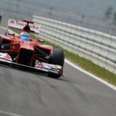 Fernando Alonso entra a boxes para realizar una parada