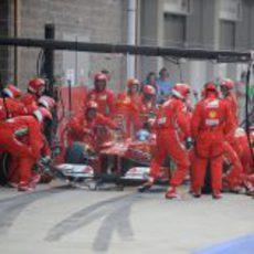 Parada en boxes para Fernando Alonso durante la carrera