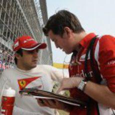 Felipe Massa habla con Rob Smedley antes de la carrera