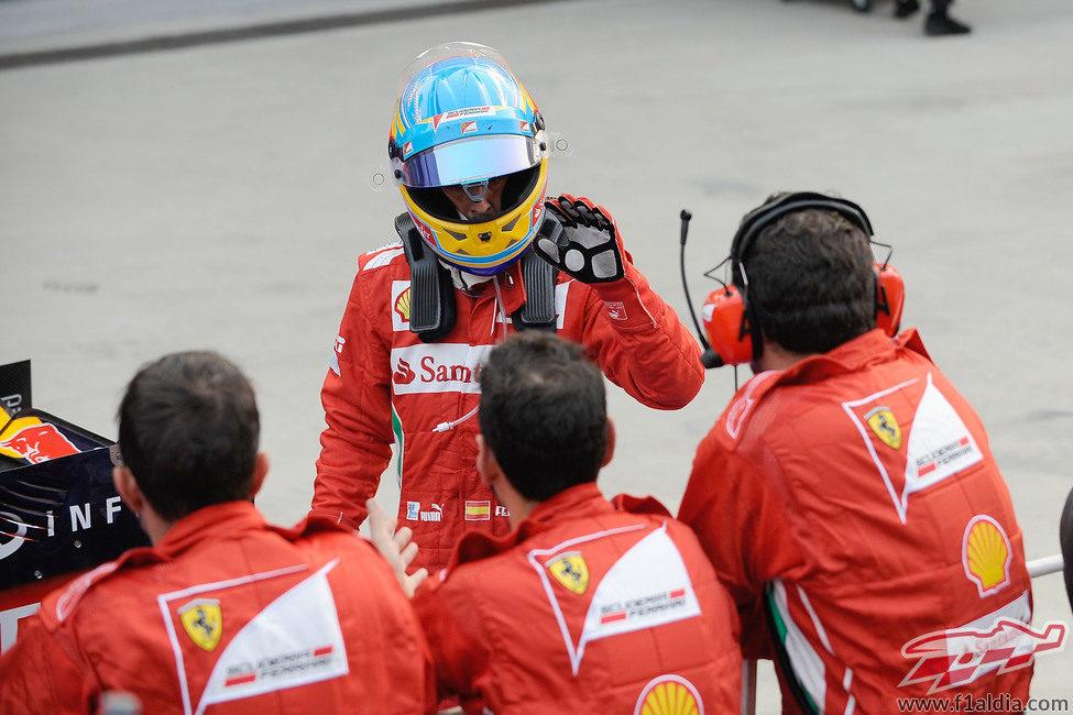 Fernando Alonso saluda a sus mecánicos tras su tercer puesto