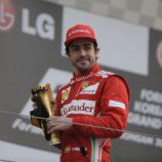 Fernando Alonso contento con su trofeo en el podio