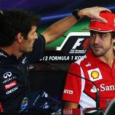 Webber bromea con Alonso en la rueda de prensa de la FIA en Corea