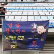 Vettel y PSY en otro cartel de la afición coreana
