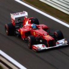 Fernando Alonso entra a boxes con el F2012