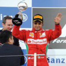 Felipe Massa levanta su trofeo de segundo en el GP de Japón 2012