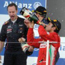 Massa bebe champán en el podio de Japón