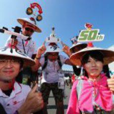 Varios aficionados japoneses ataviados con sus sombreros