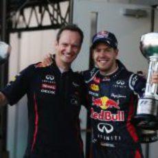 Vettel sonríe con su trofeo logrado en Japón