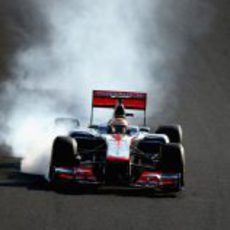 Lewis Hamilton se pasa de frenada en la carrera de Suzuka 2012