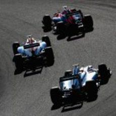 Tres coches muy juntos en la carrera de Suzuka