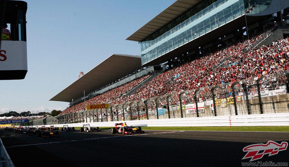 Las gradas llenas para ver la salida del Gran Premio en Suzuka