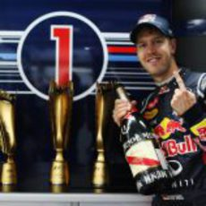 Sebastian Vettel con los trofeos de Yeongam