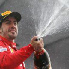 Fernando Alonso descorchar champán en el podio de Yeongam