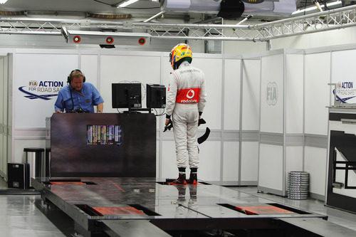 Lewis Hamilton se pesa en la bascula del circuito de Corea
