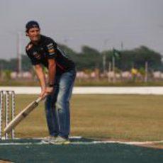 Mark Webber con mucho estilo jugando cricket en India