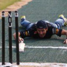 Webber acabó por los suelos jugando al cricket