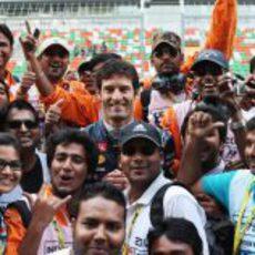 Mark Webber rodeado de periodistas indios