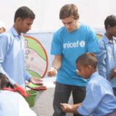 Fernando Alonso que enseña los niños a lavarse las manos en India