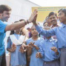 Fernando Alonso se lo pasó bien junto a los niños de Nueva Delhi