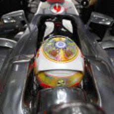 Hamilton cambia su casco con motivo de la carrera india