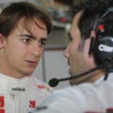 Esteban Gutiérrez habla con uno de los ingenieros
