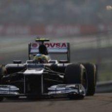 Bruno Senna se pelea con su volante