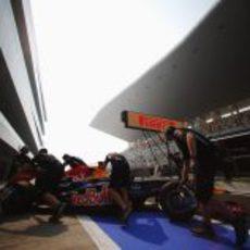 El RB8 de Sebastian Vettel a boxes