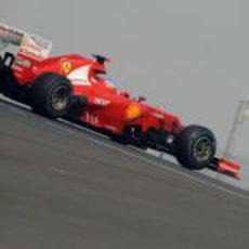 Fernando Alonso rueda con los duros en India