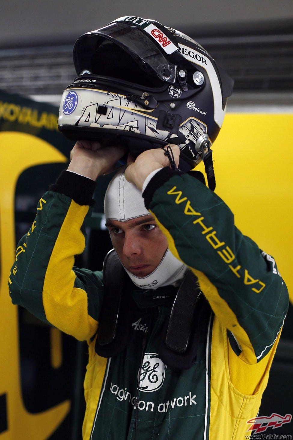 Giedo van der Garde se pone el casco