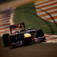Sebastian Vettel pilota su RB8 en el circuito de Buddh