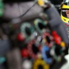 Nico Rosberg y el volante de su Mercedes W03