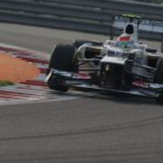 Sergio Pérez sale de una curva en clasificación