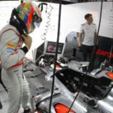 Lewis Hamilton se dispone a subirse al monoplaza