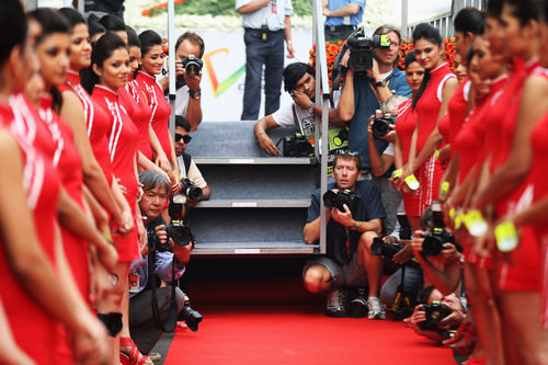 Pasillo de 'pit babes' en el GP de India 2012