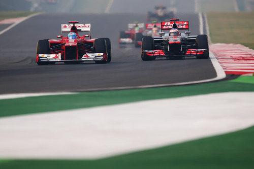 Alonso y Button ruedan en paralelo en la carrera de India