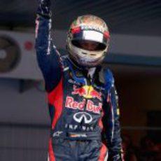 Vettel levanta su dedo a lo más alto tras ganar en India