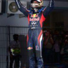 Vettel celebra su victoria en India encima de su monoplaza