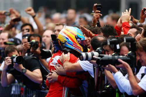 Fernando Alonso se funde en un abrazo con su equipo