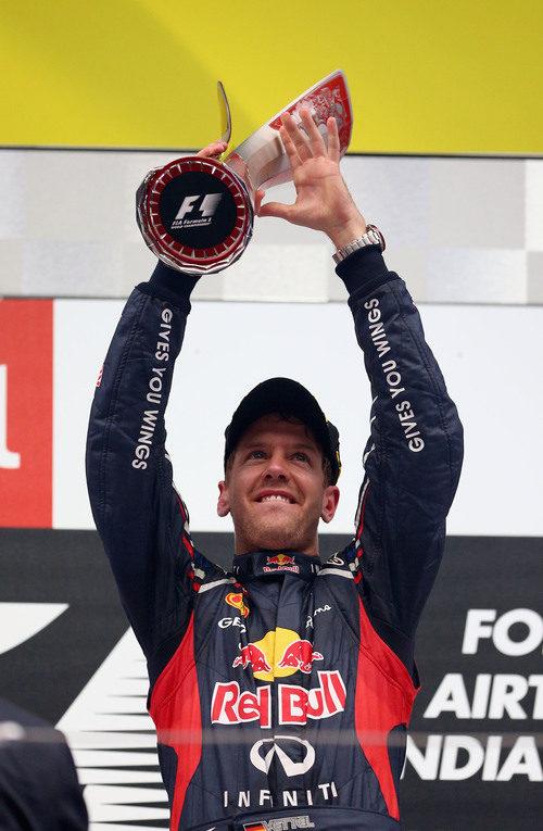 Sebastian Vettel levanta su trofeo de ganador en el GP de India 2012