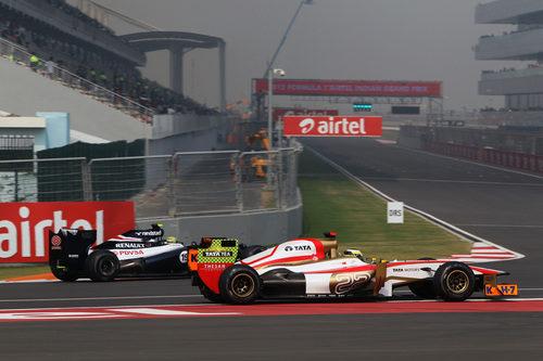 Pedro de la Rosa enfila boxes al lado de Bruno Senna