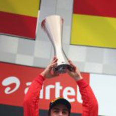 Fernando Alonso levanta su trofeo de segundo en el GP de India 2012