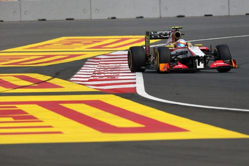 Narain Karthikeyan rueda en el Gran Premio de India